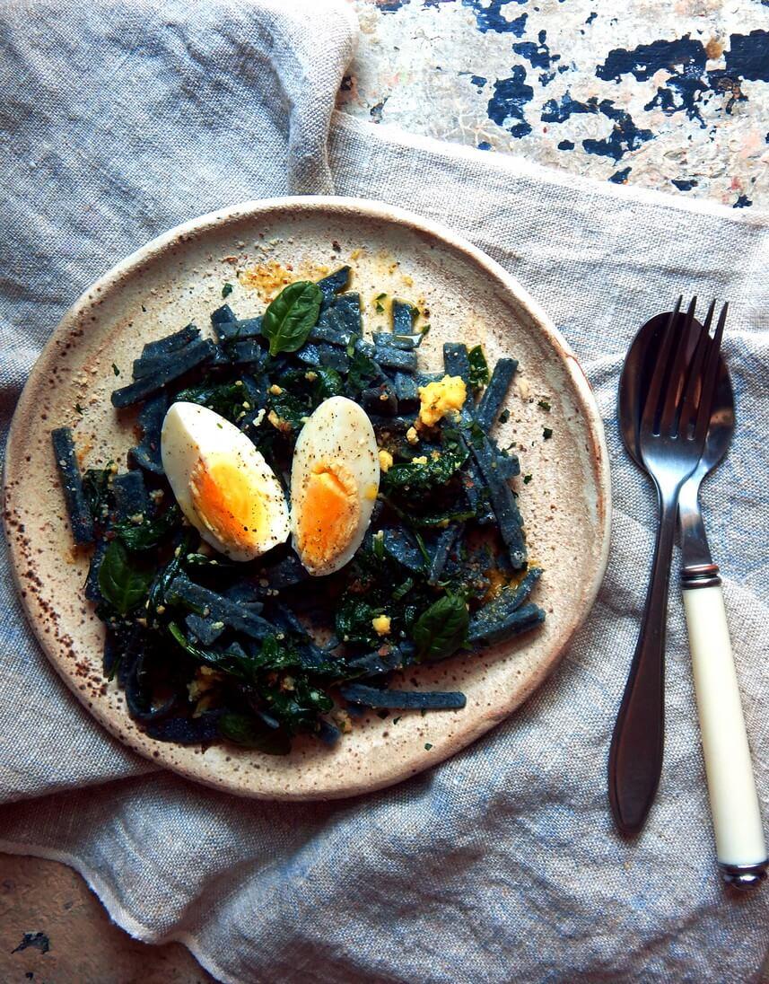 Pasta aus Blaumais mit Knoblauch, Spinat und Ei