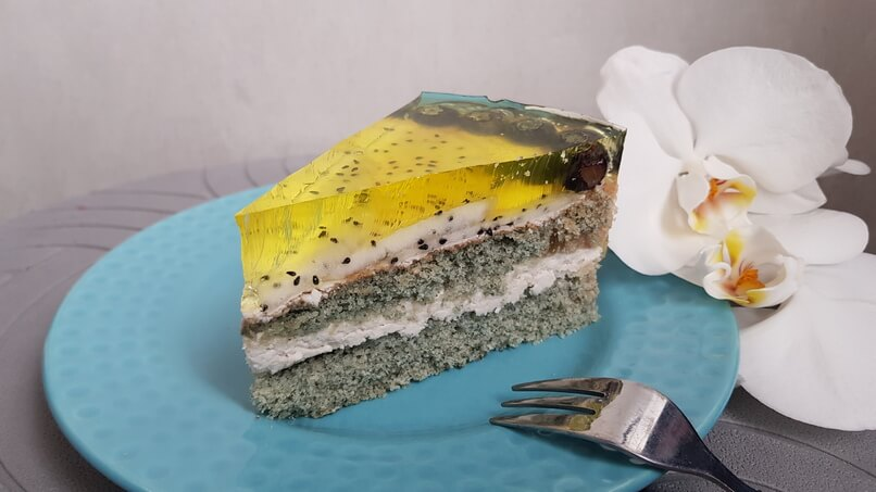 BLUE-YELLOW SPONGE CAKE WITH COCONUT CREAM AND BLUEBERRY