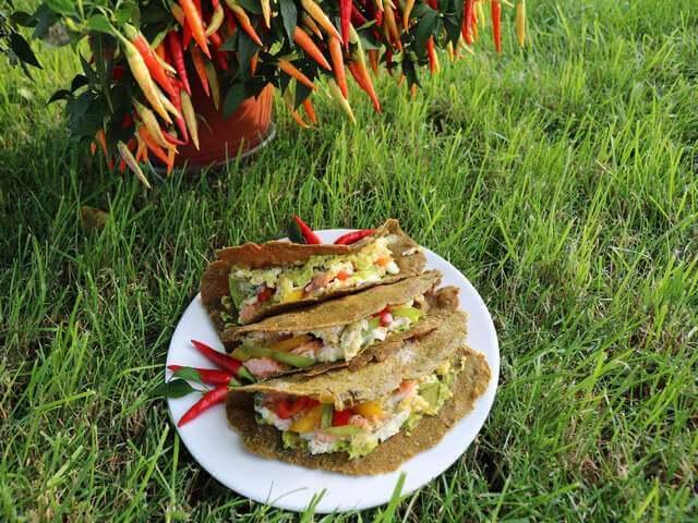 Tortilla z jajkiem, awokado i łososiem