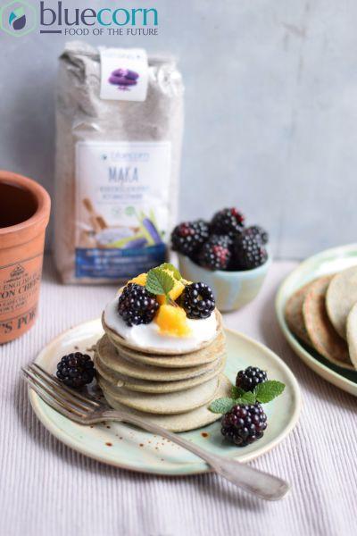 Niebieskie placki z jogurtem i owocami